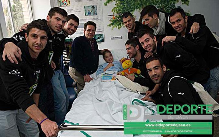 Los jugadores del Jaén F.S. regalan sonrisas en el Hospital Materno Infantil