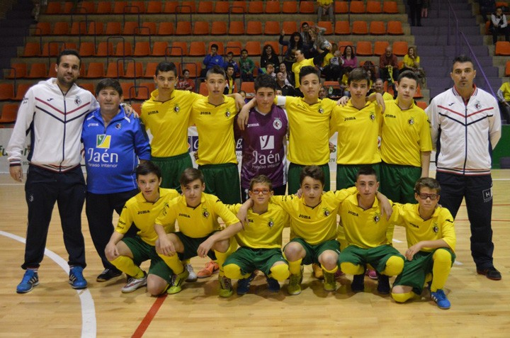 Formación del equipo infantil del Jaén Paraíso Interior FS en uno de su partidos de la presente temporada. Foto: Jaén Paraíso Interior FS (www.jaenfs.com)