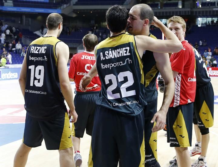 Alfonso Sánchez celebra la permanencia de Manresa junto a sus compañeros de equipo. Foto: web La Bruixa d'Or Manresa (www.basquetmanresa.com)