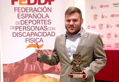 Simón Cruz recibe el reconocimiento de 'Mejor Deportista' por la FEDDF