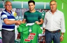 Juan De Dios Hermoso, presidente de club, Manolillo, nuevo jugador verde, y Manolo Sánchez, secretario técnico. Foto: Miguel J. - At. Mancha Real.