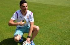 Vitu posa con la camiseta del Real Jaén durante su presentación como nuevo jugador blanco. Foto: Real Jaén CF
