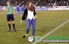 Celia Jiménez realizó el saque de honor en el Real Jaén-Linares Deportivo