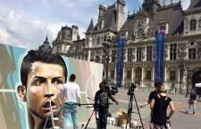 Belin clava un retrato de Cristiano Ronaldo en París, en los días previos a la Eurocopa