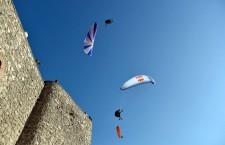 El FIA arranca en Sierra Segura con una exhibición de acrobacias en parapente