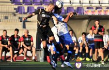 Óscar Quesada disputa un balón aéreo con un jugador del Loja CD. Foto: Real Jaén CF.