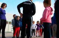 Miembros del Jaén RC dan una clase teórico-práctica de rugby a alumnos del CEIP Gloria Fuertes