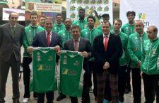 El CB Cazorla presenta a su equipo de la temporada 2016-17 con el espónsor de la Diputación