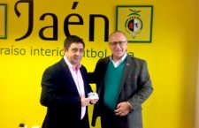 Francisco Reyes recoge su carnet de socio del Jaén Paraíso Interior FS