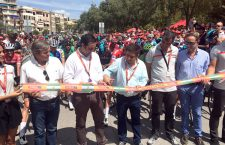 La XV etapa de La Vuelta arrancó en Alcalá la Real en medio de un gran ambiente deportivo