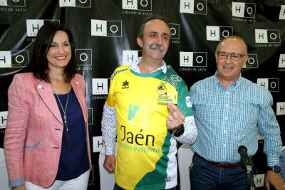 Santi Rodríguez recibe el carnet de socio de honor del Jaén FS