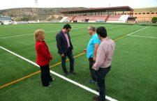 Renovado el césped artificial del campo de fútbol del polideportivo de Alcalá la Real