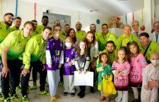 La plantilla del Jaén FS visita a los niños del Complejo Hospitalario de Jaén