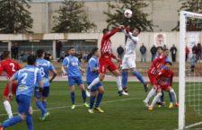 Juanma Olivares despeja un balón durante el encuentro. Foto: UD Almería.