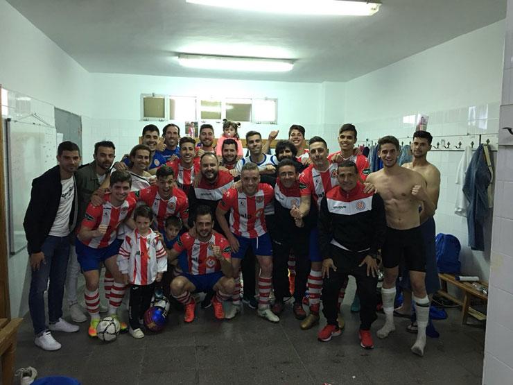 Jugadores y técnicos celebran la última victoria de la temporada. Foto: UDC Torredonjimeno