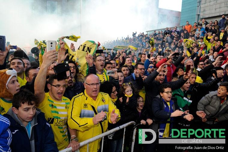 Los aficionados del Jaén Paraíso Interior FS, antes de un partido en Madrid.
