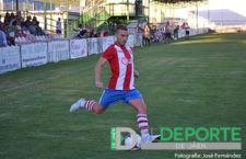Javi Quesada conduce un balón durante un encuentro de la pasada temporada. Foto: José Fernández.