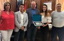 Javier Márquez recibe a la campeona de España de kickboxing, Patricia Herrera