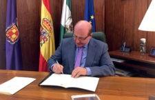 Márquez firma la cesión del terreno para la construcción del Olivo Arena