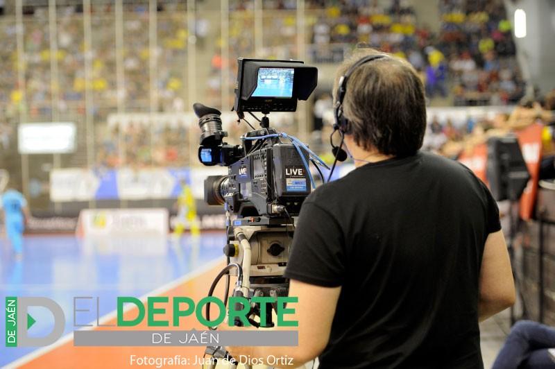 Un operador de cámara durante una retransmisión de un partido de fútbol sala