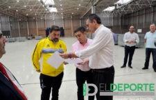 Reyes visita la instalación deportiva Ifeja con miembros del Jaén FS