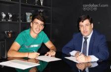 Aguado junto al presidente del Córdoba CF, Jesús León, durante la firma del nuevo contrato. Foto: Córdoba CF.