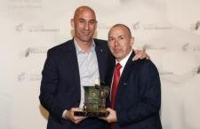 El técnico jiennense recibe el premio de manos de Luis Rubiales. Foto: RFEF.