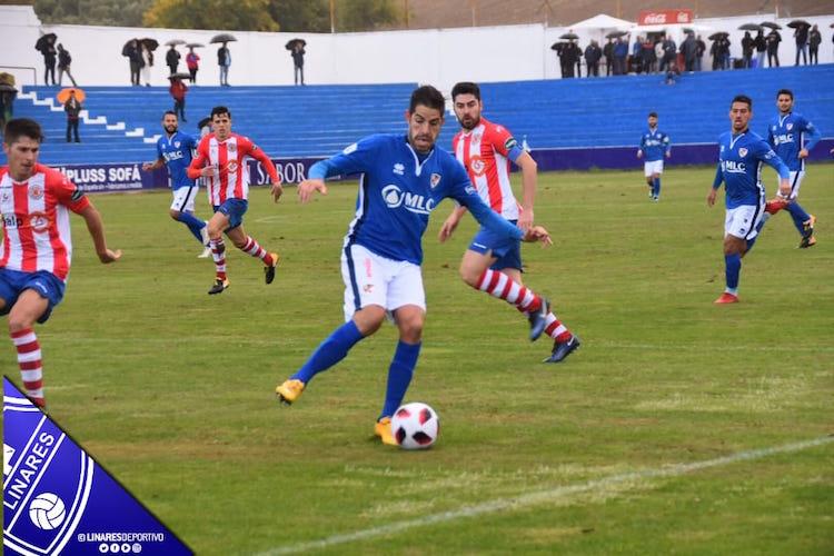 Jugada del derbi entre el Linares Deportivo y la UDC Torredonjimeno