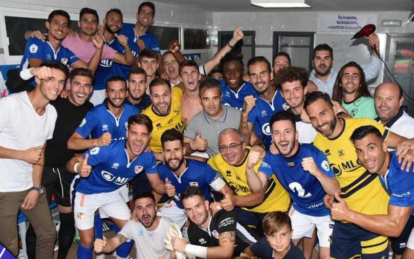 La plantilla del Linares Dptvo celebra en el vestuario la victora ante el Vélez CF