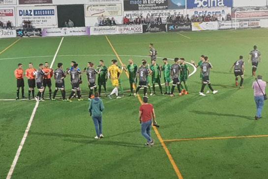 Futbolistas del Mancha Real y el Antequera se saludan antes de empezar el partido