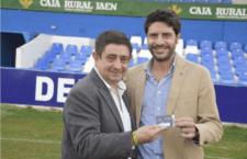 El Linares Deportivo entrega al presidente de la Diputación su carné de abonado