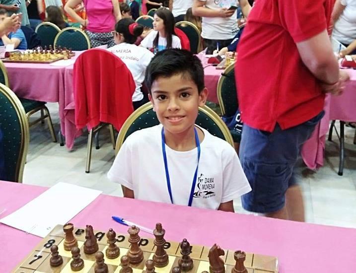 El pequeño iliturgitano Miguel González de Miguel durante una partida de ajedrez