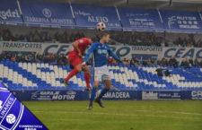 Pugna por la pelota entre un jugador del Motril y Javi Bolo