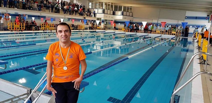 El nadador paralímpico Miguel Ángel Martínez Tajuelo en el Campeonato de Andalucía de Para-Natación en Lucena.