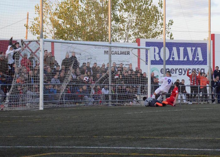 Momento en el que Antonio López marca el primer gol del partido