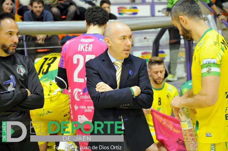 El técnico del Jaén FS durante un partido de su equipo