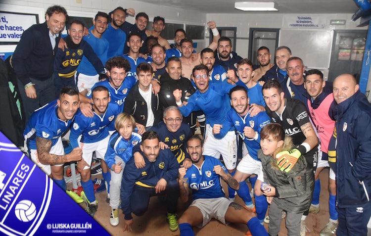 La plantilla del Linares Deportivo celebra la goleada al Alhaurín de la Torre