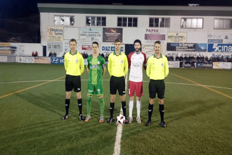 El trío arbitral junto a los capitanes del Mancha Real y Martos antes del partido