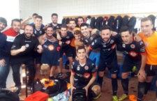 El equipo tosiriano celebra la victoria en el derbi. Foto: UDC Torredonjimeno.