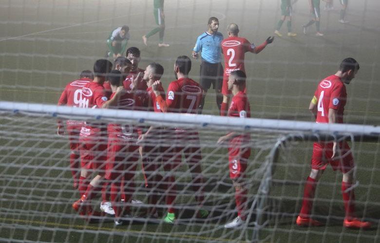Los rojillos celebran unos de los goles. Foto: CD Torreperogil.