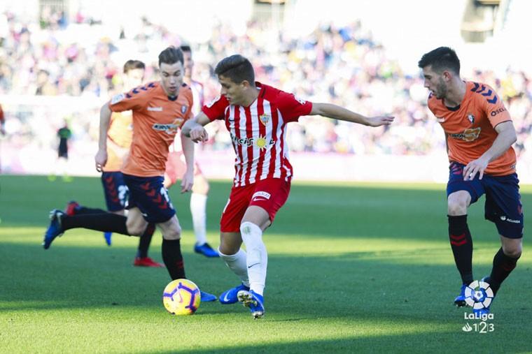 José Corpas intenta controlar un balón con la UD Almería