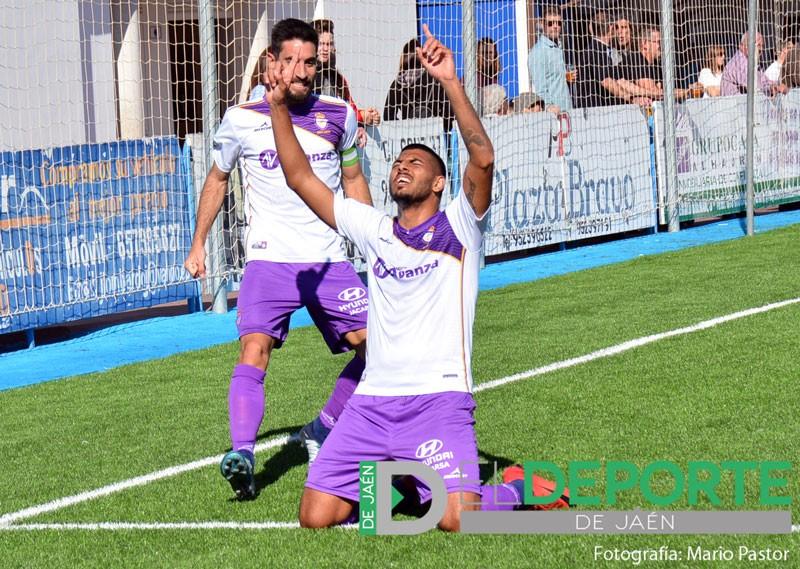 Juan Carlos celebra un gol señalando al cielo