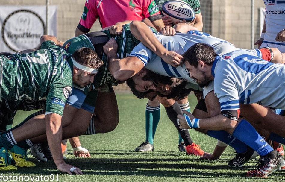 Jugadores de Jaén Rugby y Olímpico de Pozuelo en una melé