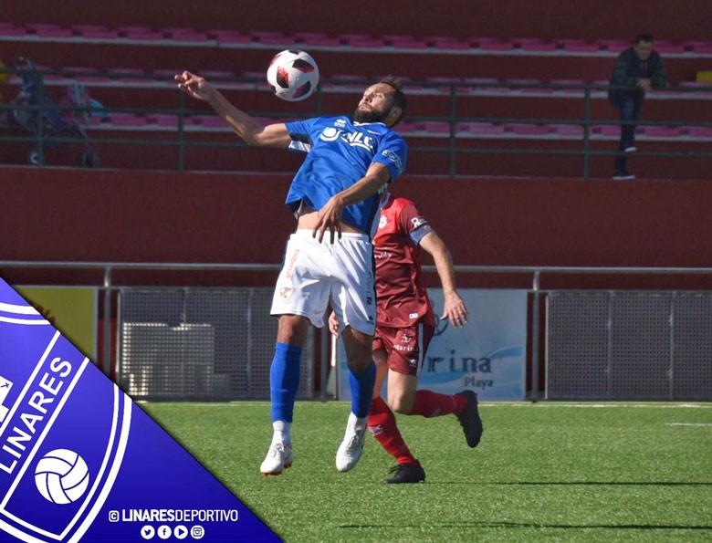 Pedro Beda controlando un balón en el partido del Linares Deportivo