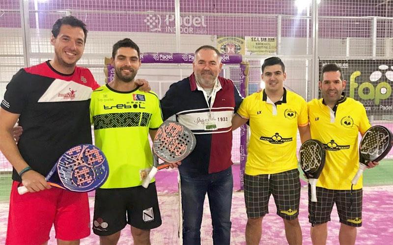 Finalistas masculinos junto al juez del Absoluto de Padel de Jaén