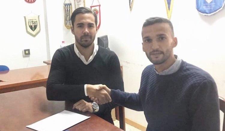 Rodri estrecha la mano con el director deportivo del Linares Deportivo