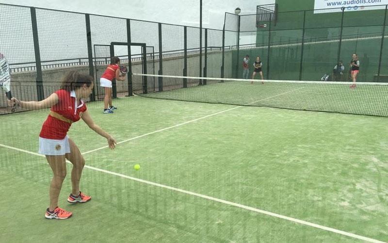Chicas disputan un partido de padel