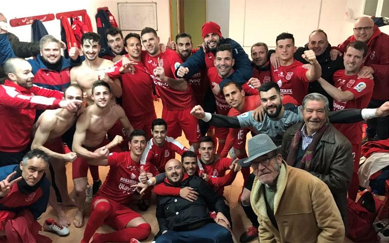 Jugadores del CD Torreperogil celebran la victoria en el vestuario