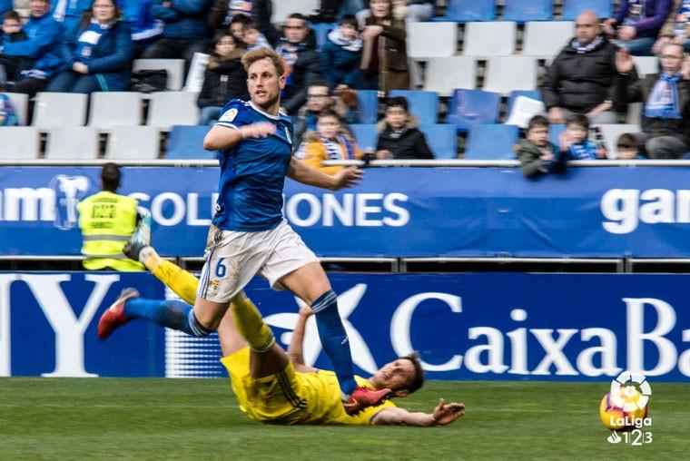 Carlos Hernández, en el partido del Real Oviedo ante el Cádiz CF.