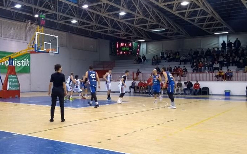 Jugadores de baloncesto en una pista